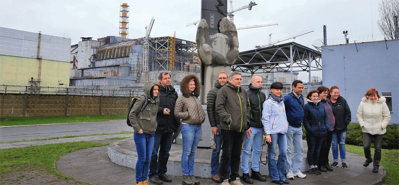 4号機を背後に記念撮影をする観光客。事故現場には似つかわしくない「笑顔」がそこにはあった