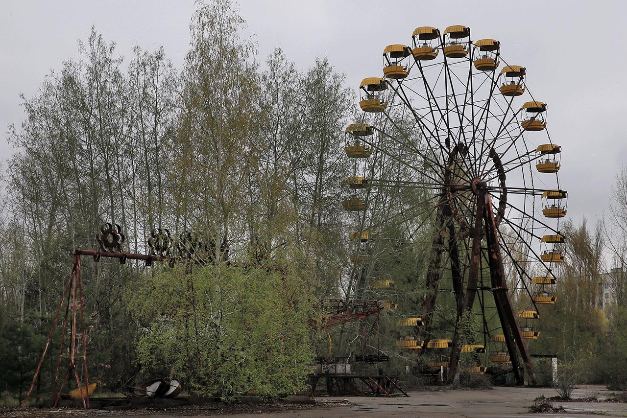 開園を間近に控えていた遊園地。観覧車はさび付いていた