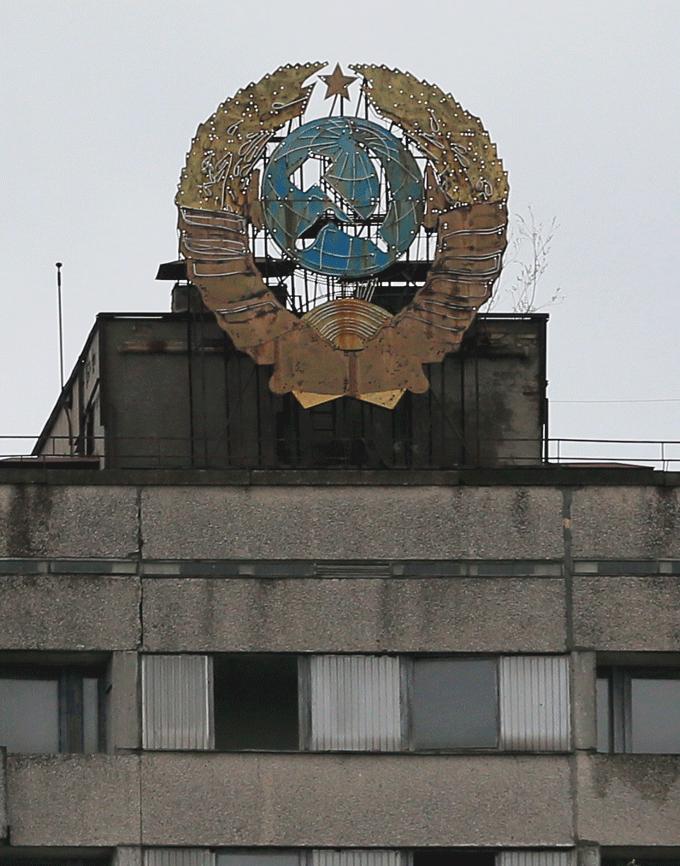 マンションの屋上には旧ソ連時代のエンブレムが付けられていた